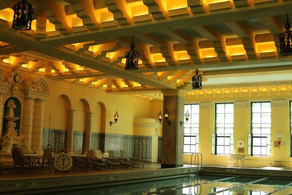 The InterContinental Chicago Magnificent Mile has an incredible original pool from 1929 #TNTChicago #ConnectMyCar #InterConChicago